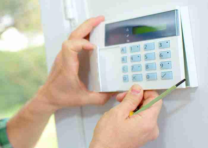 Aggiustamento impianto di allarme e videosorveglianza