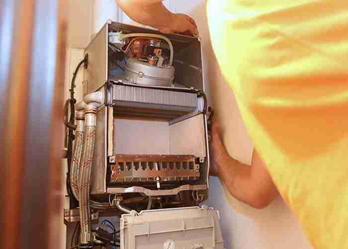Il tecnico di SuperMario24 ripara e controlla la caldaia