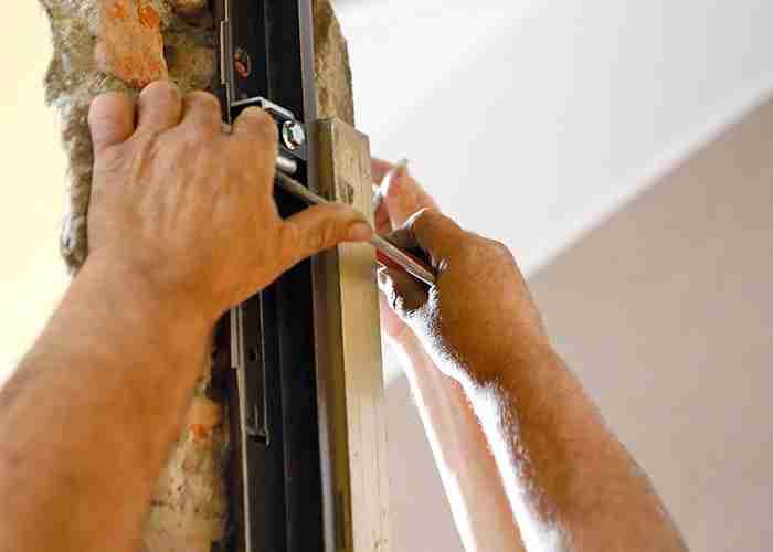 tecnico per riparazione e montaggio porte a Legnano