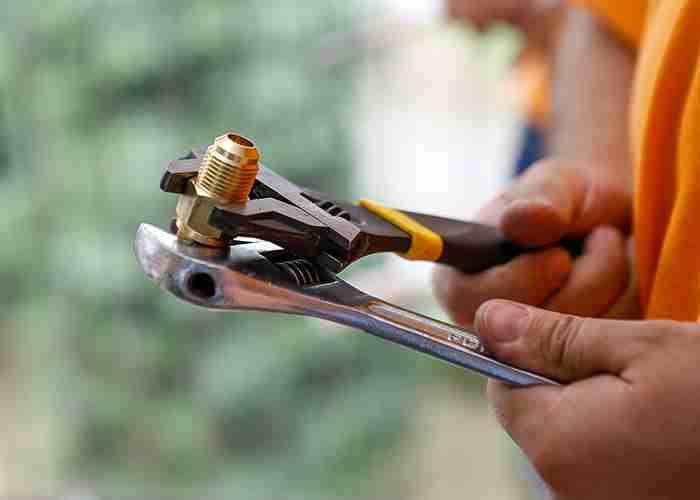 tecnico per sostituzione dei componenti del climatizzatore a pioltello