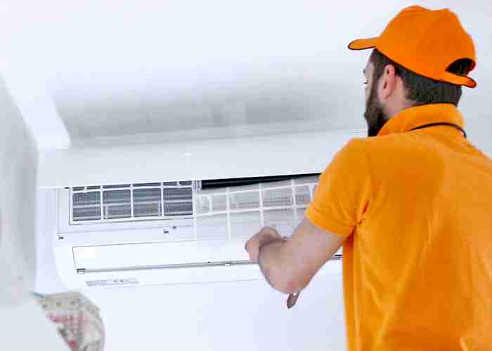 Tecnico SuperMario24 per sostituzione filtro climatizzatore