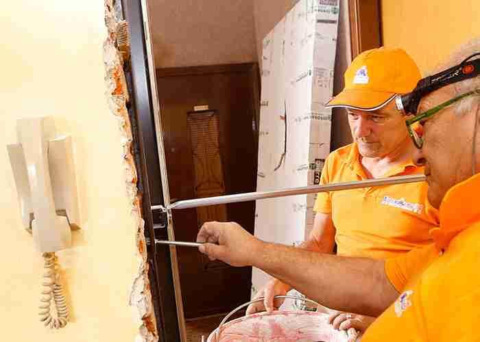Tecnici per la sostituzione o riparazione della porta blindata di casa