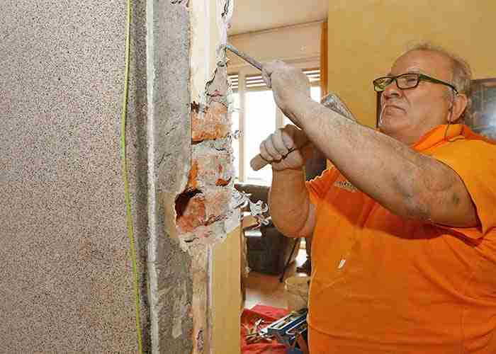 Esperto in interventi di muratura per l'installazione delle porte blindate