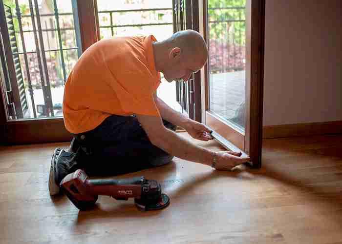 Tecnico esperto nei servizi di manutenzione serramenti