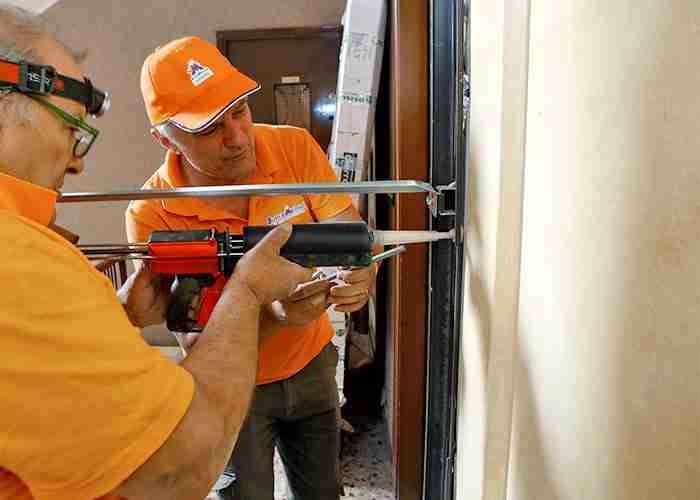 Team di professionisti per le riparazioni di porte blindate