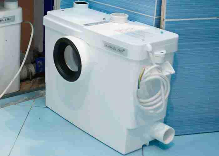 Tecnico per sostituzione trituratore per wc